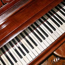 parazita hangok a zongorán)
